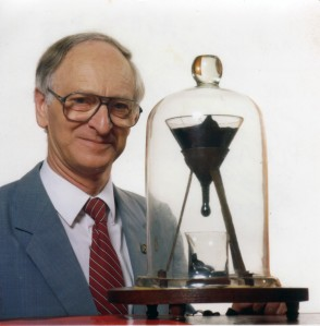 Pitch_drop_experiment_with_John_Mainstone